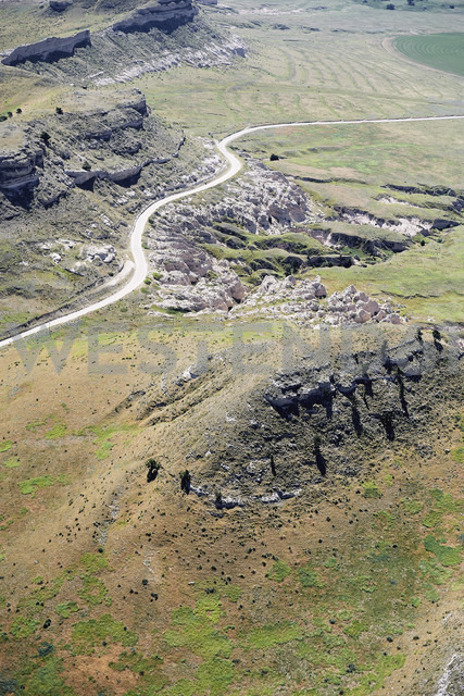 USA, Aerial of escarpments and cliffs bisected by a country road in Western Nebraska - BCDF00310 - Cameron Davidson/Westend61