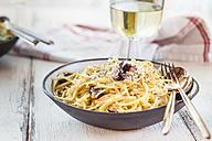 Spaghetti Carbonara and white wine - SBDF03279