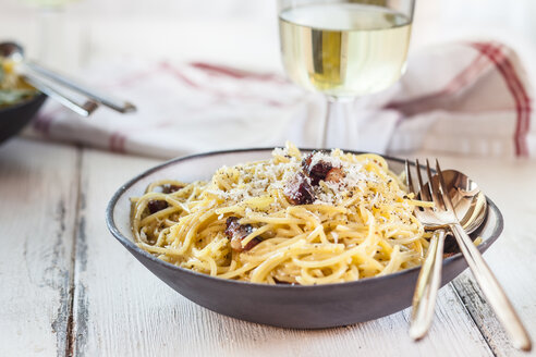 Spaghetti Carbonara and white wine - SBDF03279