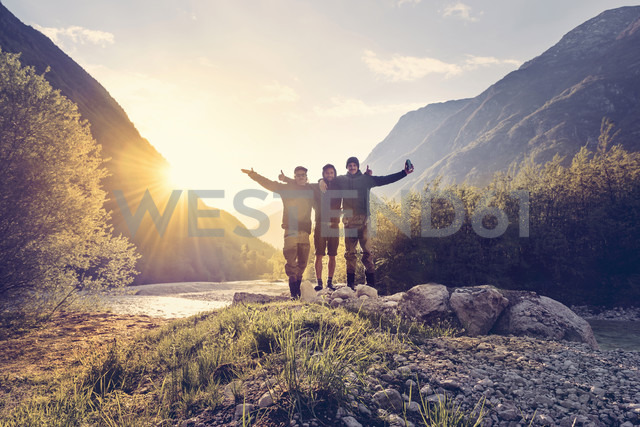 Slovenia, Bovec, three friends at Soca river at sunset - BMAF00329 - Matthias Buchholz/Westend61