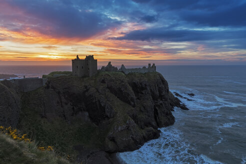UK, Scotland, Stonehaven, Dunnottar Castle at sunrise - FOF09274