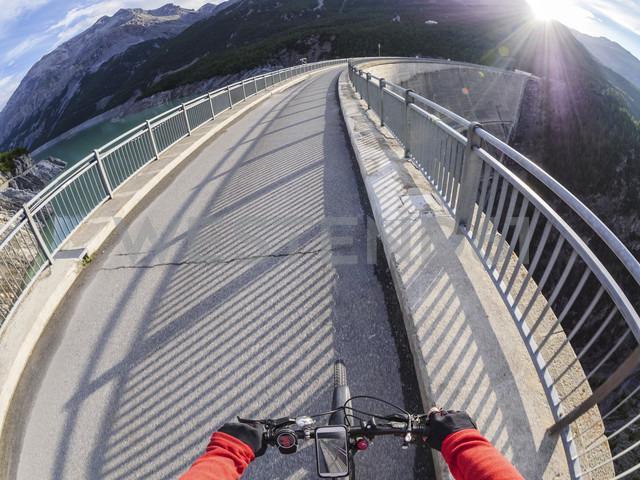 Italy, Lombardy, Sondrio, biker on dam wall of Cancano dam - LAF01877 - Albrecht Weißer/Westend61