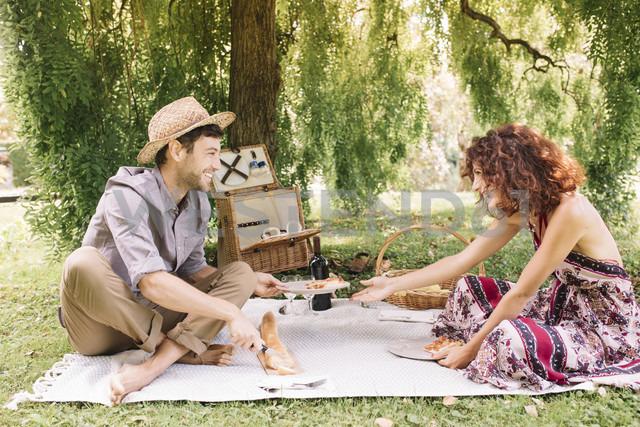 Happy couple having a picnic in a park - ALBF00167 - Alberto Bogo/Westend61