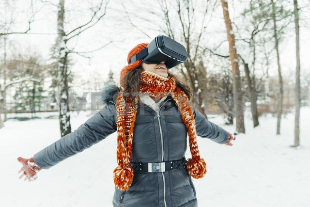 Woman wearing Virtual Reality Glasses in winter landscape - ZEDF00813 - Zeljko Dangubic/Westend61