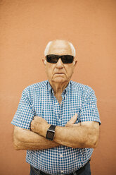 Portrait of senior man wearing sunglasses and smartwatch - JRFF01437