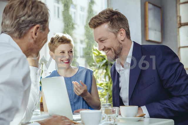Business people having a meeting in a cafe - MFF03848