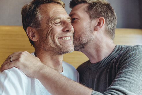 Portrait of an affectionate gay couple - MFF03887
