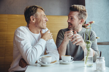 Gay couple talking in cafe - MFF03890