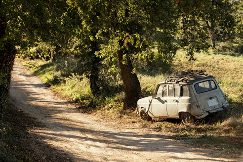 Italy, Tuscany, obsolete car at the wayside - CSTF01339
