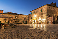 Italy, Tuscany, Monteriggioni, historical core city in the evening - CSTF01345