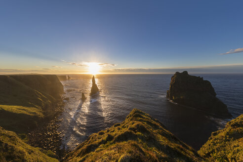 UK, Scotland, Caithness, Coast of Duncansby Head, Duncansby Stacks at sunrise - FOF09291