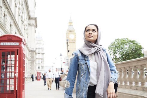 UK, England, London, young woman wearing hijab walking in the city - IGGF00118