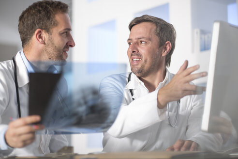 Two doctors discussing x-ray image - ZEF14515