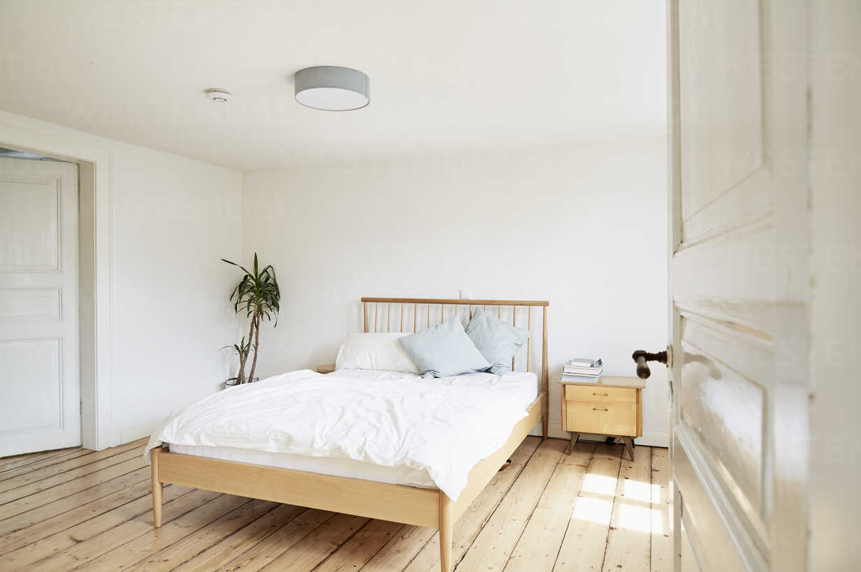 Bright modern bedroom in an old country house - PDF01267 - Philipp Dimitri/Westend61