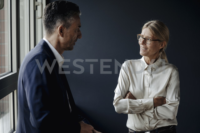 Businessman and businesswoman talking at the window - JOSF01391 - Joseffson/Westend61