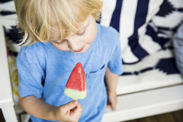 Blond little boy with ice lolly - SPFF00040