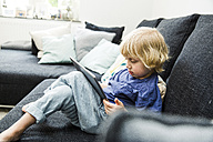Little boy sitting on the couch using  tablet - SPFF00058