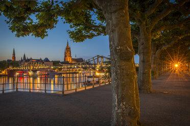 Germany, Frankfurt, view from Schaumainkai to Main River and Frankfurt Cathedral - KEBF00603