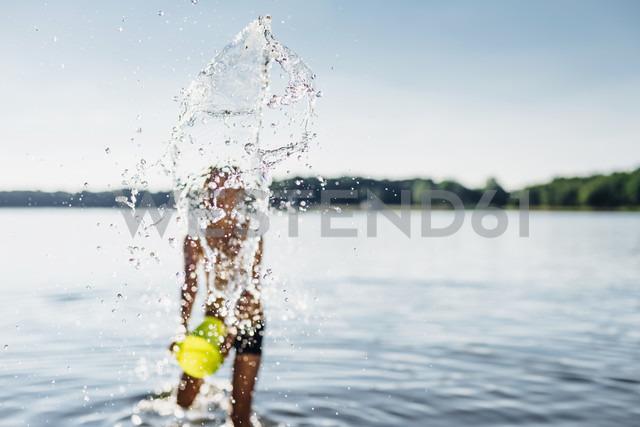 Boy splashing with water at lakeshore, close-up - MJF02180
