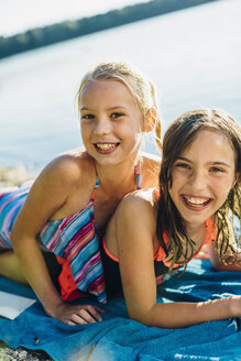 Portrait of two friends having fun on the beach - MJF02195
