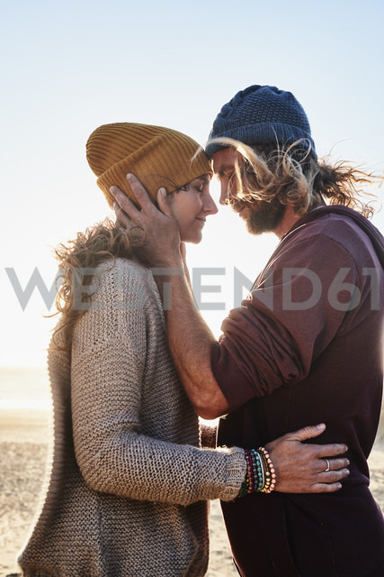 Portugal, Algarve, affectionate couple on the beach at sunset - JRF00336 - Julian Rupp/Westend61