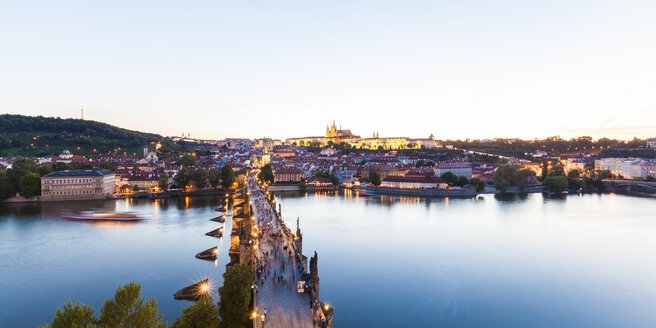 Czech Republic, Prague, cityscape with Hradcany, Charles Bridge and tourboat on Vltava - WDF04112