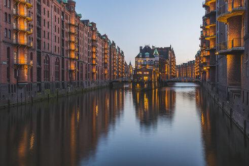 Germany, Hamburg, Wandrahmsfleet,restaurant Wasserschloss at Speicherstadt - KEBF00610