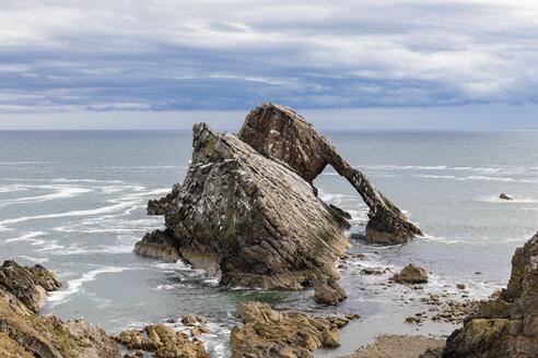 UK, Scotland, Portknockie, Bow Fiddle Rock natural arch - FOF09311