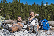 Germany, Bavaria, two hikers having a rest - DIGF02793
