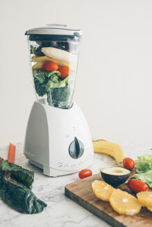 Blender filled with fruit and vegetable - IPF00414