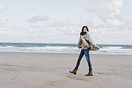 Woman walking on the beach - KNSF02570
