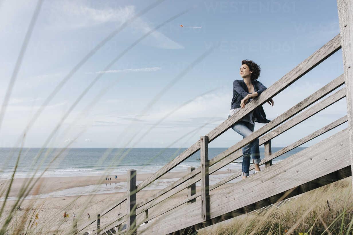 Woman standing on boardwalk at the beach - KNSF02684 - Kniel Synnatzschke/Westend61