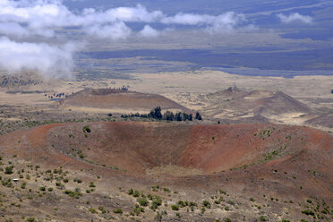 USA, Hawaii, Big Island, Mauna Kea, view to volcanic landscape - HLF01019