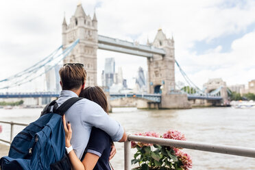 UK, London, couple in love looking at the Tower Bridge - MGOF03623