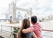 UK, London, couple in love looking at the Tower Bridge - MGOF03626