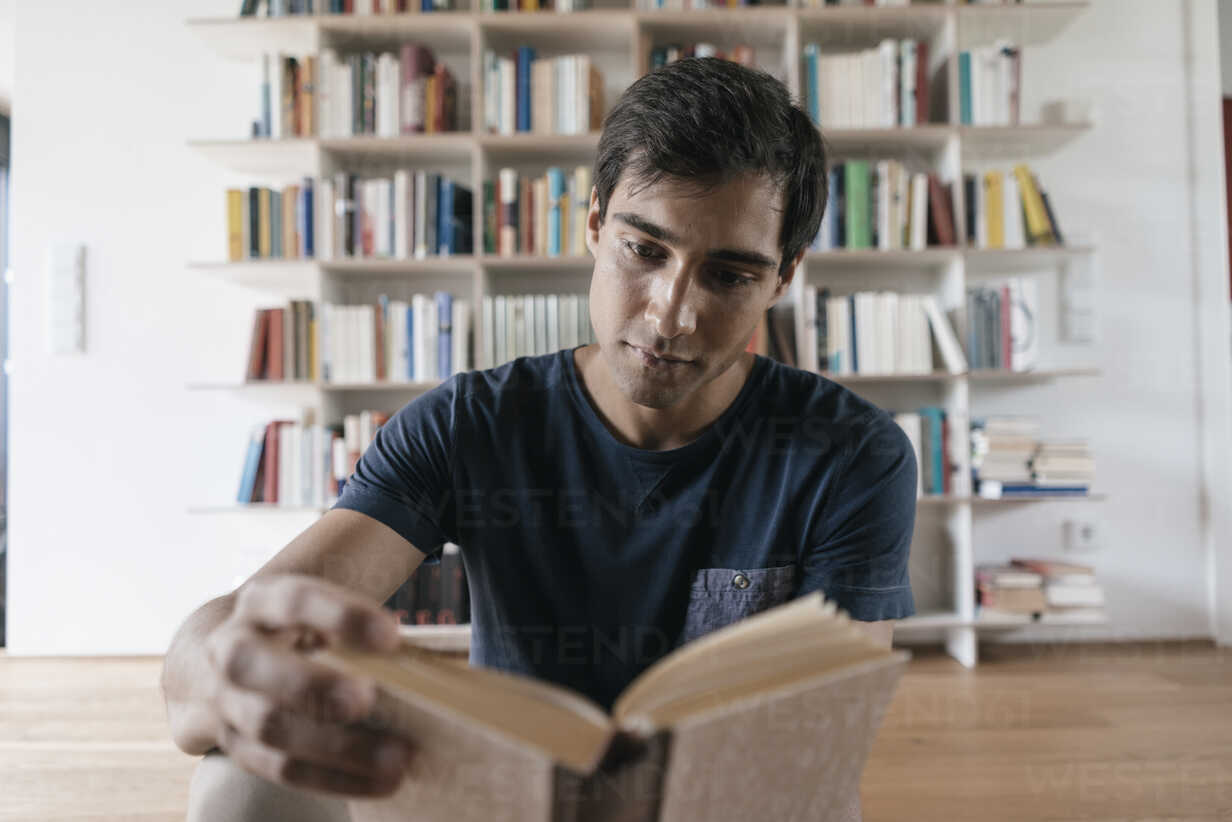 Young man reading book at home - JOSF01584 - Joseffson/Westend61
