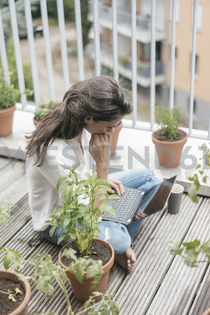 Woman with laptop sitting on balcony - JOSF01638 - Joseffson/Westend61