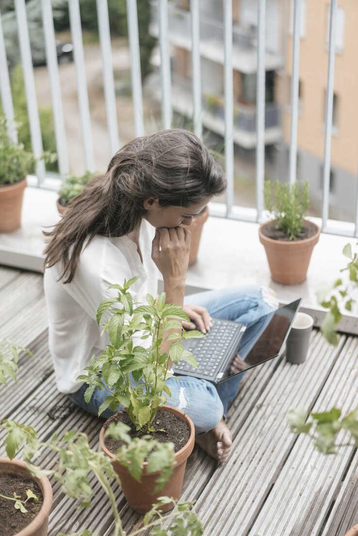 Woman with laptop sitting on balcony - JOSF01638 - Joseffson/Westend61