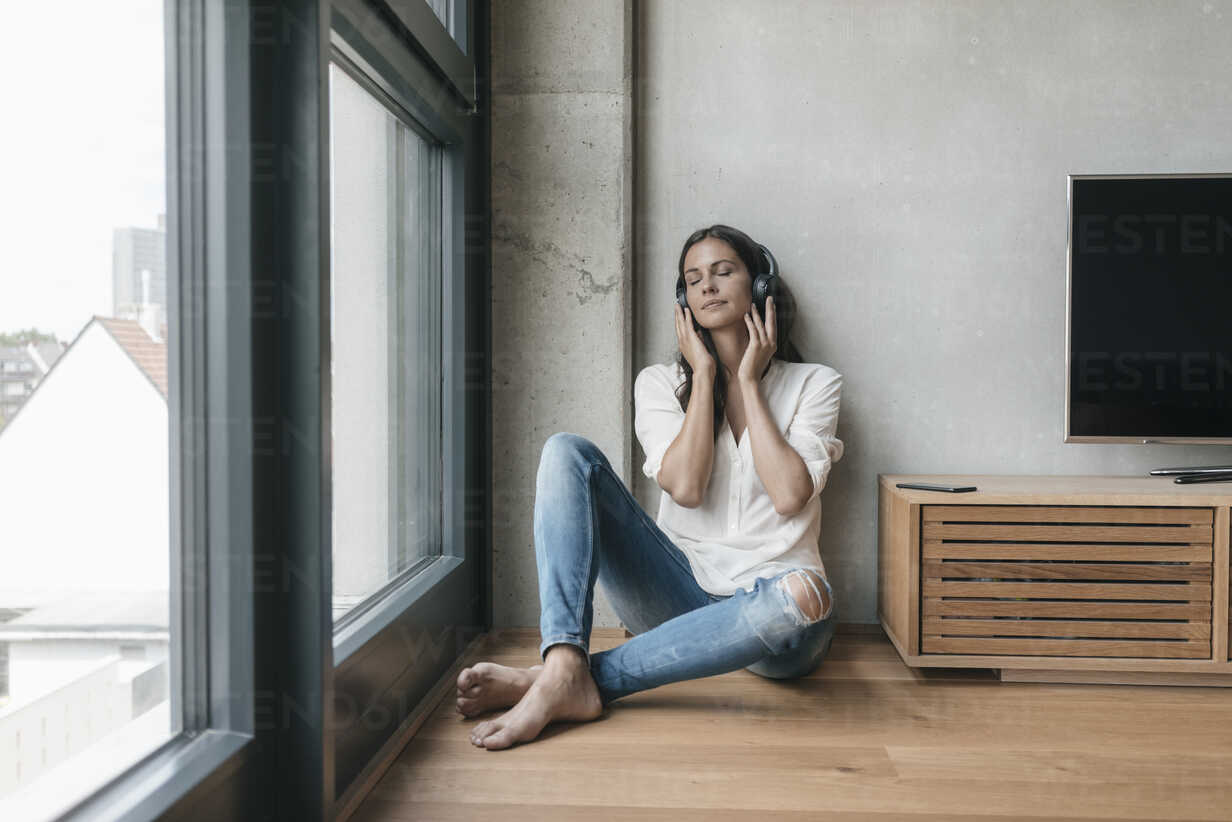 Relaxed woman listening to music at home - JOSF01656 - Joseffson/Westend61