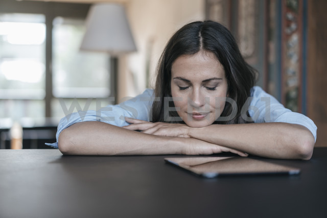 Woman with tablet lying on table - JOSF01680 - Joseffson/Westend61