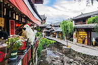 China, Yunnan, Lijiang, scenic alley in the old town - THAF01995