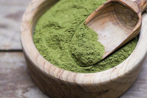 Wooden bowl of organic Moringa powder - CZF00308