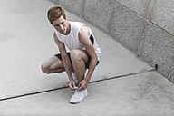 Young athlete tying his running shoes - VPIF00071