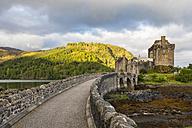 UK, Scotland, Dornie, Loch Duich, Eilean Donan Castle - FOF09362