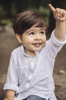 Portrait of smiling toddler raising his finger - MFF03962