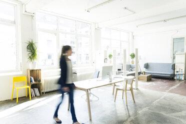 Businesswoman walking in a loft - JOSF01794