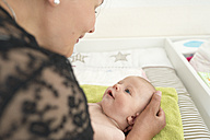 Mother with her baby girl at home - CSTF01398