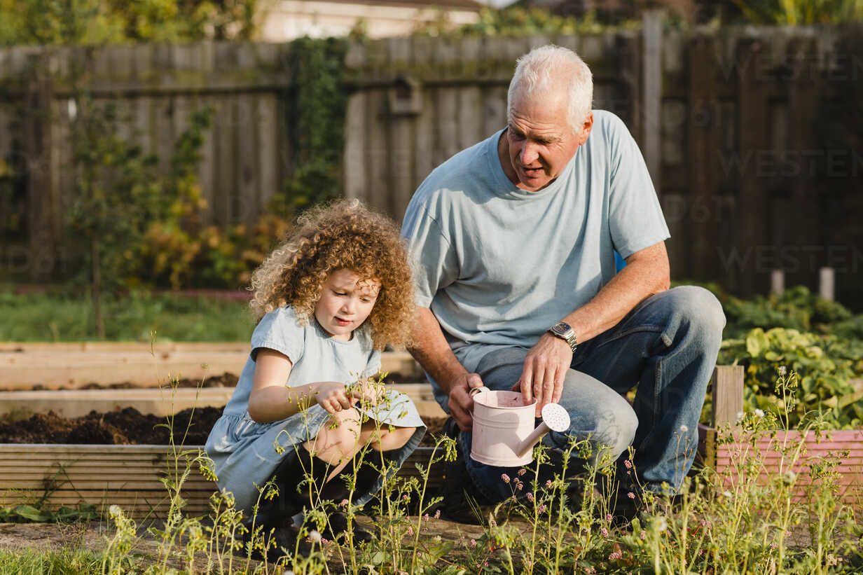Little girl with her uncle in the garden - NMSF00167 - Nicole Matthews/Westend61