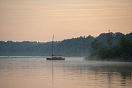 Germany, Bavaria, morning mood on Lake Starnberg near St. Heinrich - LBF01648