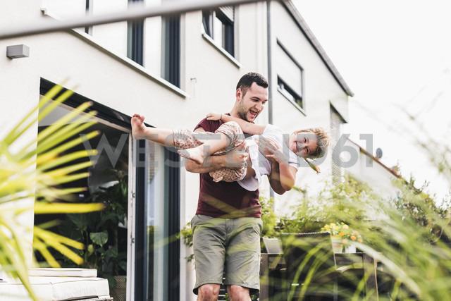 Father and daughter having fun in the garden - UUF11824 - Uwe Umstätter/Westend61